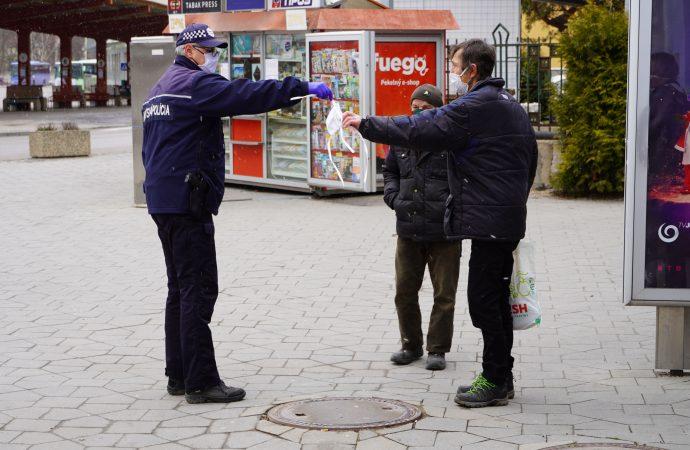 V Ružomberku začala radnica  rozdávať ochranné rúška bezdomovcom