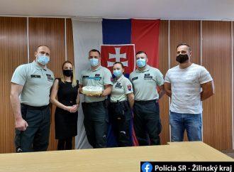 Prácu policajtov ocenila starostka obce Povina