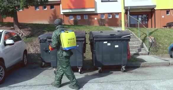 Pracovníci Technických služieb v Ružomberku dezinfikujú nádoby na komunálny odpad
