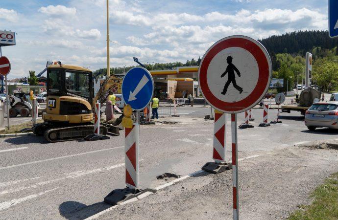 Práce na križovatke v Ružomberku pokračujú, mesto dohodlo úpravu režimu zákazu odbočenia z hlavnej cesty