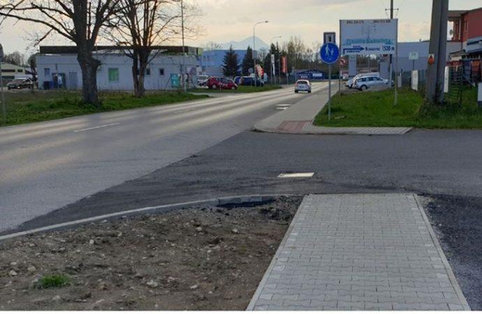 Pracovníci VPS opravili chodník a jeho okolie v Liptovskej Ondrašovej