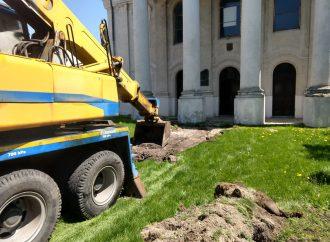 V Liptovskom Mikuláši opravujú chodník pred synagógou
