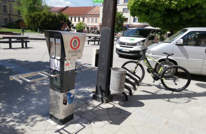 Cyklistom je v centre Liptovského Mikuláša k dispozícii nová nabíjacia stanica pre elektrobicykle