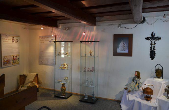 Oravské múzeum pripravilo v priestoroch Florinovho domu výstavu Spomienky z porcelánu