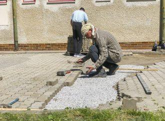 Dolnokubínska samospráva umožnila ľudom bez domova využiť priestory nocľahárne, čas si krátia drobnými úpravami okolia
