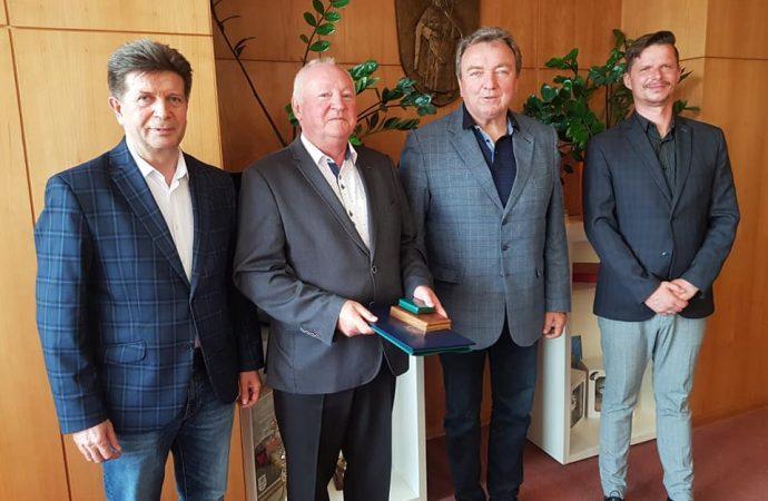 Zástupca primátora Liptovského Mikuláša Rudolf Urbanovič odovzdal Ivanovi Slezákovi čestnú plaketu ministerstva vnútra