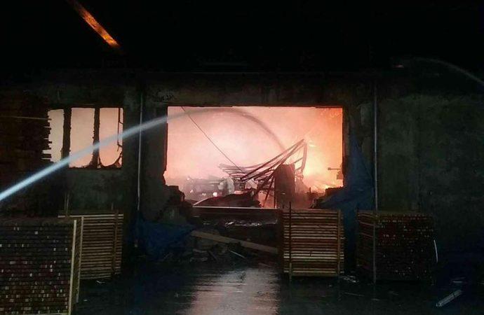 V Oravskom Podzámku horí výrobná hala