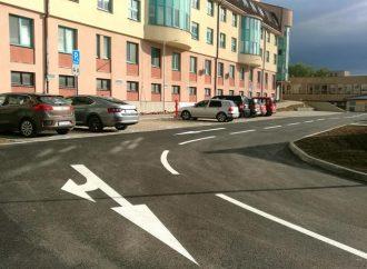 Pred budovou Oravskej polikliniky v Námestove pribudlo 62 nových parkovacích miest