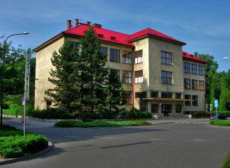 Na budove gymnázia v Ružomberku sa menia okná a dvere
