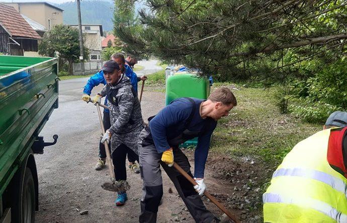 Úradníci a mestskí policajti v Liptovskom Hrádku sadili dreviny i upratovali