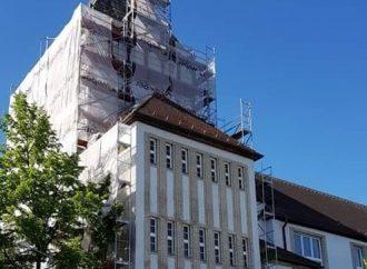 Na Gymnáziu M. M. Hodžu sa začali práce na obnove opadávajúcej fasády starej budovy