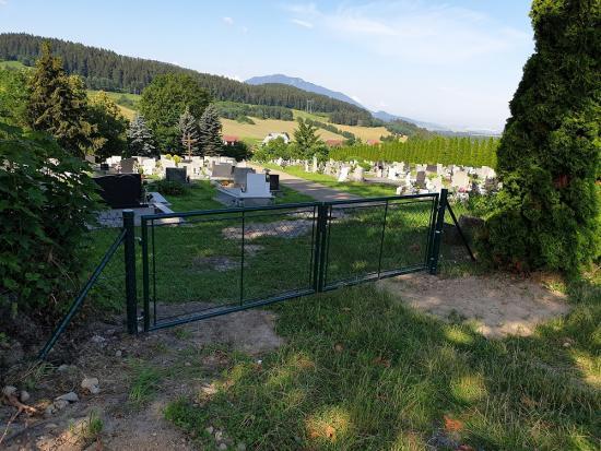 Mesto Liptovský Hrádok vybudovalo nové oplotenie na cintoríne v mestskej časti Dovalovo