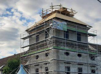 Na západnú vežu kaštieľa v Tepličke nad Váhom ukotvili novú strechu