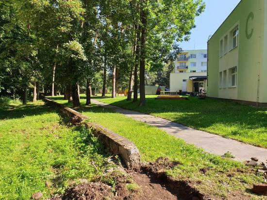 Pri materskej škole Belanská v Liptovskom Hrádku prebiehajú úpravy oplotenia