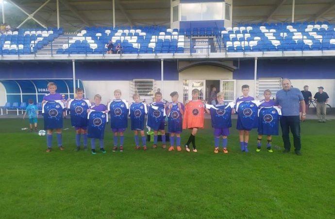 Mladí futbalisti z Krásna nad Kysucou sa tešia novým dresom