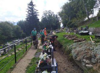 Na cintoríne v Liptovskej Ondrašovej stavajú Verejnoprospešné služby oporný múr s chodníkom