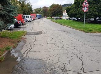 Poškodená Nálepkova ulica v Liptovskom Mikuláši dostane nový povrch