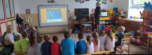 Policajná preventistka navštívila Materskú školu v Šútove, deťom vysvetlila význam reflexných prvkov
