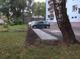 Mesto Liptovský Mikuláš pred bytovkami na Štefánikovej rozšírilo parkovacie plochy