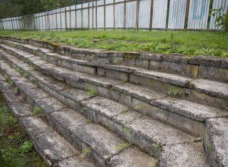 Dolnokubínska samospráva predáva betónové prvky  na letnom štadióne obyvateľom za symbolickú sumu