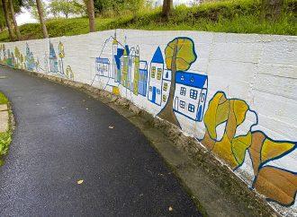 Žiaci z dolnokubínskej ZUŠ P. M. Bohúňa  vytvárajú diela na opornom múre za domovom dôchodcov
