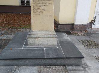 Na Námestí Žiadostí slovenského národa v Liptovskom Mikuláši radnica rekonštruuje sochu Tranovského