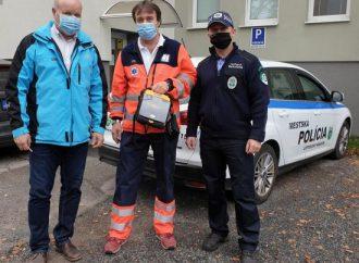 Do výbavy mestských policajtov v Liptovskom Hrádku pribudol automatický externý defibrilátor