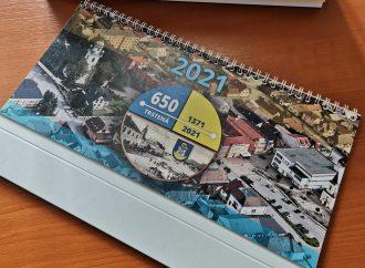 V Trstenej prebieha distribúcia mestského kalendára do každej domácnosti