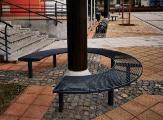 Lavičky na Námestí Františka Wisnera v Liptovskom Hrádku dostali nový povrch