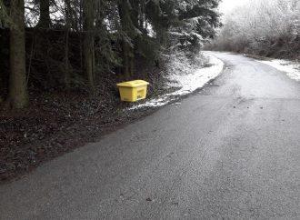 Nádoba sposypovým materiálom je umiestnená ajna ceste na Vrchrieku