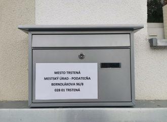 Pri Mestskom úrade v Trstenej zriadili schránku na písomnosti