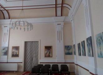 Sobášnu sieň Mestského úradu vo Vrútkach zdobia obrazy Kristíny Šubjakovej