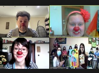 Ani pandémia smiech nezastaví – medicínski klauni zabávajú deti online