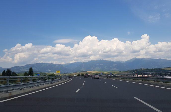 Osvetlenie veľkej kruhovej križovatky nad diaľnicou v Liptovskom Mikuláši sa začne budovať približne o dva mesiace