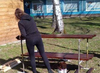Dobrovoľníci pomohli opraviť lavičky v areáli nemocnice v Čadci