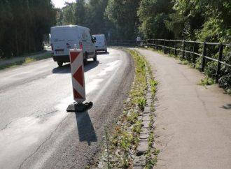 Mesto Liptovský Hrádok začalo s výmenou poškodených obrubníkov na chodníku na ulici SNP