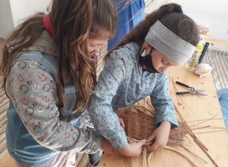 Deti v Babíne zaujal maliarsky a košikársky workshop